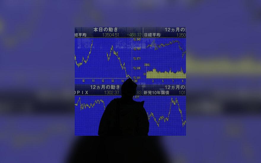 Žmogus stebi Tokijo akcijų biržos indeksus
