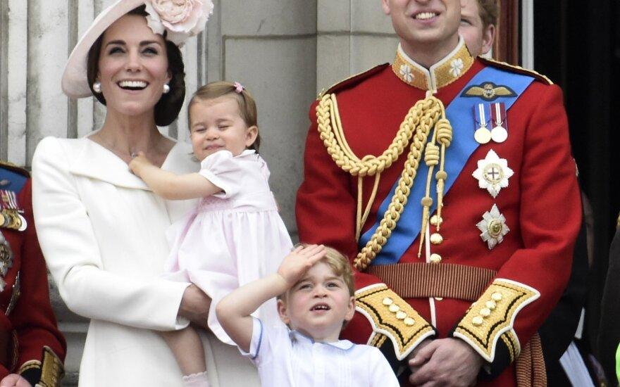 Членам королевской семьи запретили есть устрицы и пить воду