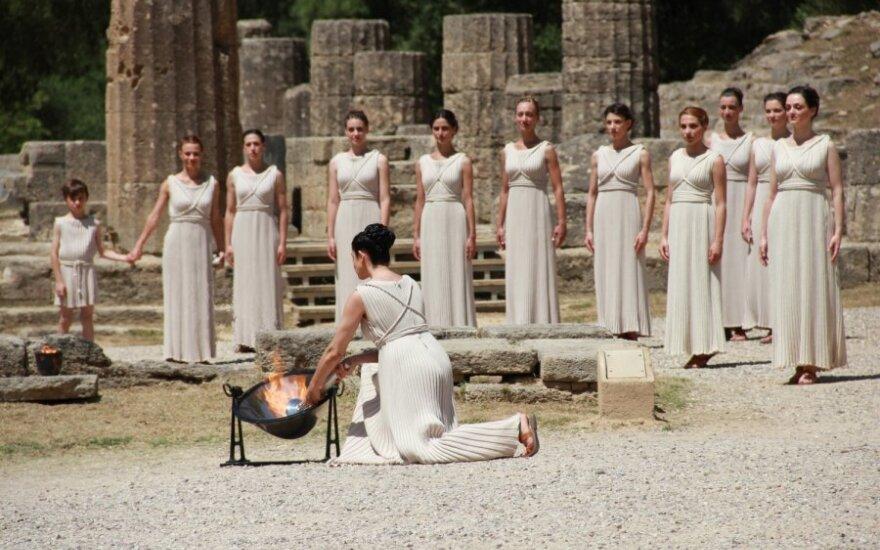 Греки зажгли от лучей солнца огонь Олимпиады-2012