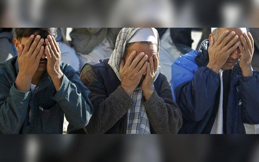 Vyrai meldžiasi prie mečetės Afganistane