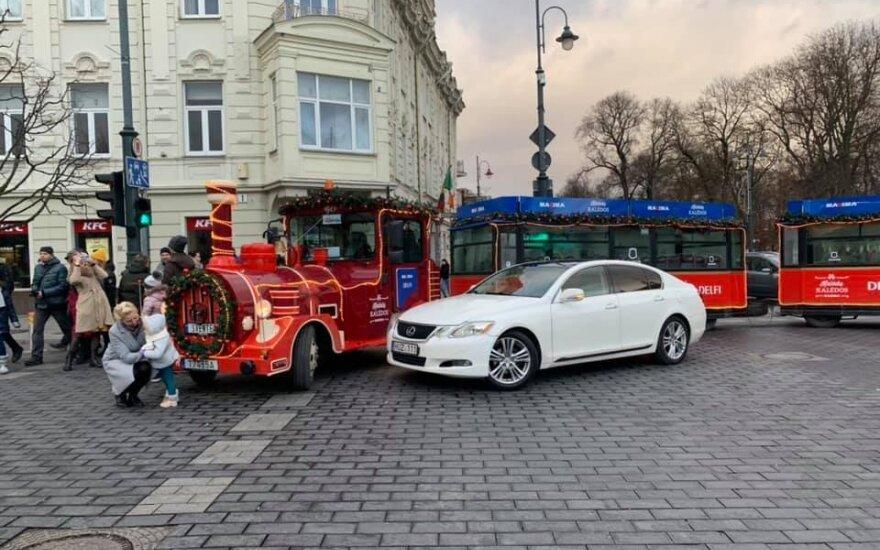 В Вильнюсе веселое катание на рождественском поезде остановил брошенный на дороге Lexus