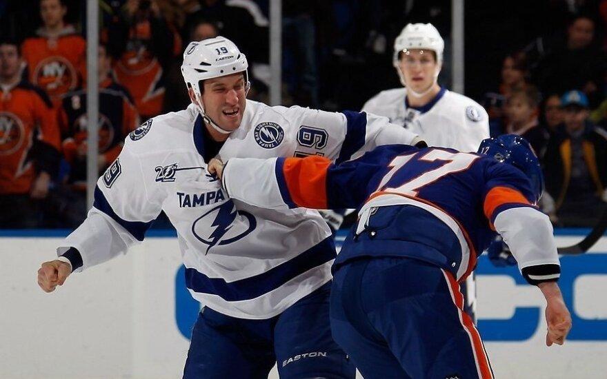 Шайба еще не на льду, а хоккеисты НХЛ уже дерутся