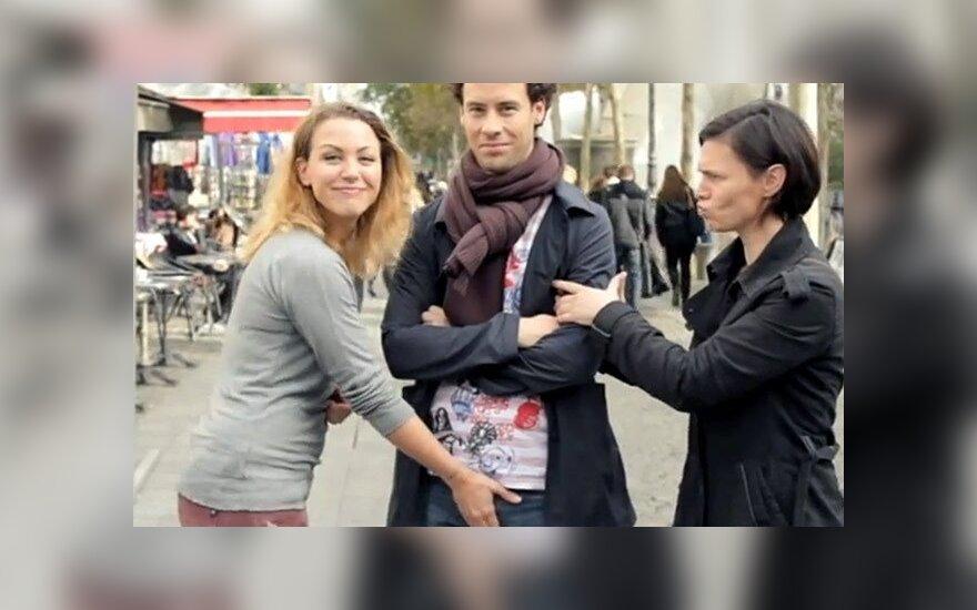 Франция: бизнес нашел применение мошонкам в рекламе
