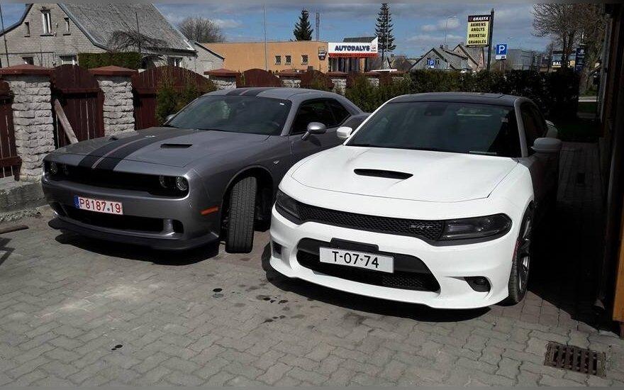 В розыск объявлены два угнанных в Кретинге автомобиля Dodge