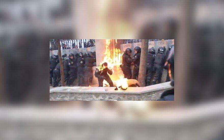 МВД Украины показало горящих силовиков: ВИДЕО по ту сторону баррикад