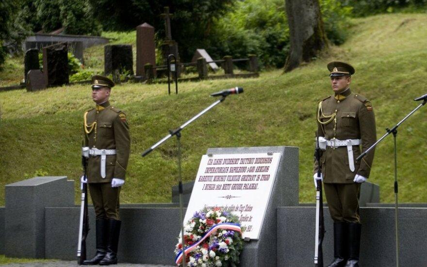 Antakalnio kapinėse vyksta Napoleono didžiosios armijos žygio per Lietuvą 200-ųjų metinių minėjimo ceremonija.Šia proga inauguruojama skulptoriaus Vladimiro Kančiausko iš bronzos pagaminta memorialinė lenta.
