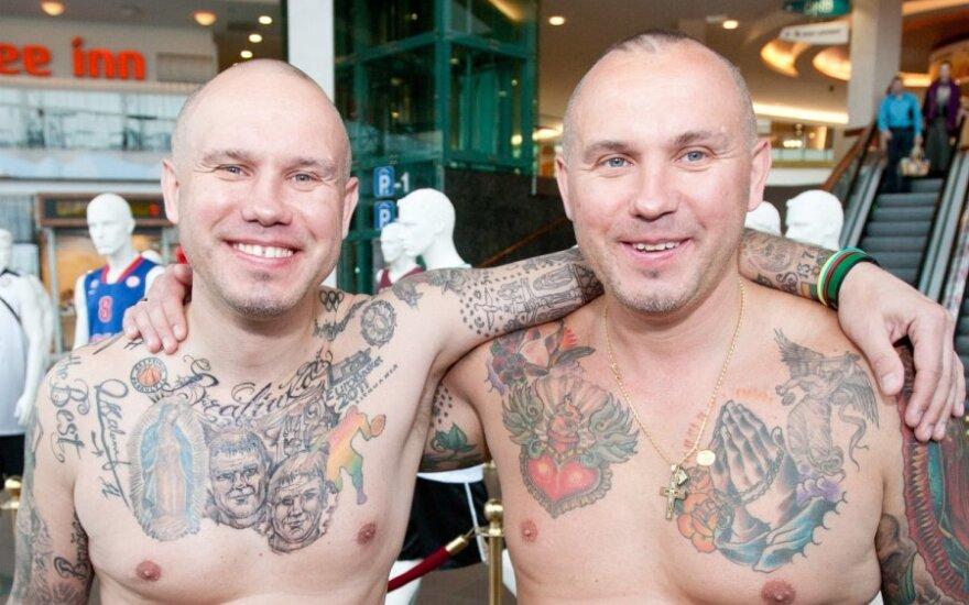 Прославившиеся татуировками близнецы из Латвии получили литовское гражданство