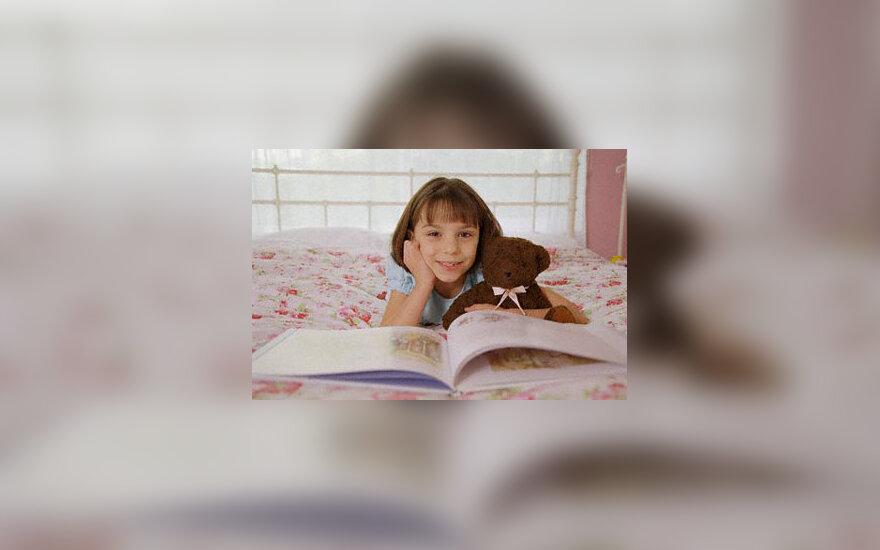 Mergaitė skaito pasakas, knyga