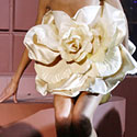 Modelis demonstruoja iš šokolado pagamintą suknelę.