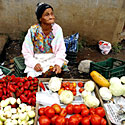 Močiutė pardavinėja daržoves