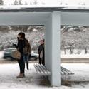 Žmonės stotelėje laukia autobuso