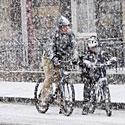 Apsnigti dviratininkai, žiema, šaltis, pūga