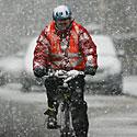 Apsnigtas dviratininkas, sniegas, pūga, žiema, šaltis