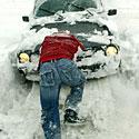 Vairuotojas stumia automobilį, sniegas, žiema, pusnys