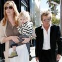 Penny Lancaster su vyru Rodu Stewartu ir judviejų sūnumi šeštadienio popietę apsipirkinėja Los Andžele (Kalifornija)