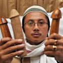 Sebastienas Blancas savo klinikoje Džakartoje demonstruoja natūralius penio ilginimo įrankius - tris didelius medinius penius.