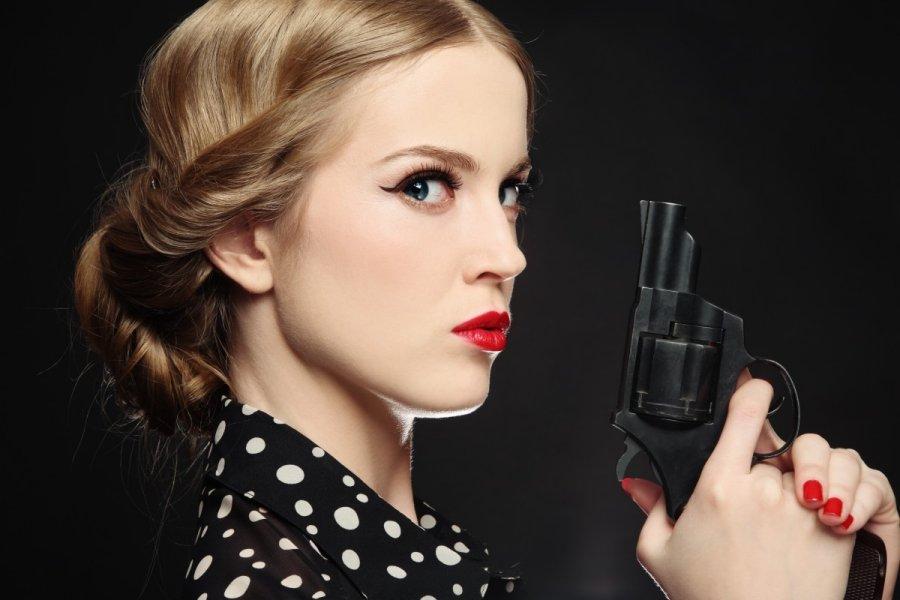 Жінка з пістолетом.