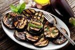 Patiekalai ant grilio: kepti baklažanai ir vaisių desertas