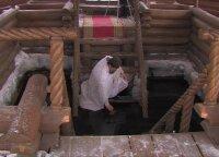 Rusijos kaliniai Jėzaus krikštą šventė panirdami į ledinį vandenį