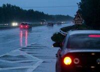 Priminė vairavimą lengvinančią sistemą, kurią važiuojant per lietų geriau išjungti