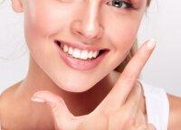 Burnos higienistė papasakojo, kuo rizikuojate dantis balindami pastomis ir įvardijo didžiausią gražios šypsenos priešą