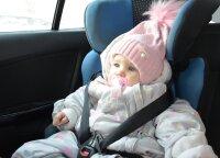 Specialistai įspėja, kodėl nepatartina sodinti vaiko į automobilinę kėdutę su šilta striuke