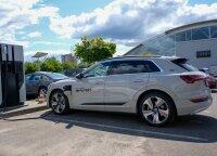 """Elektromobilio """"Audi e-tron"""" testas: kokį automobilį pirkti už 100 000 eurų?"""