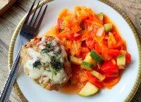 Vakarienė namuose: orkaitėje kepti sultingi kotletai su daržovių padažu