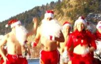 """Sveikuoliai iš """"Jūrų vėplių klubo"""" dalyvavo bikinių bėgime ir maudynėse"""