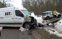 Policijos automobilis susidūrė su mikroautobusu, žuvo pareigūnas