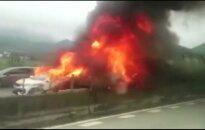 Nufilmuota: Kinijoje cemento cisterna rėžėsi į važiuojančius automobilius