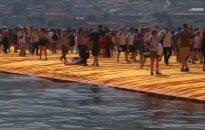 Tūkstančiai išbandė naują pramogą - pasivaikščiojimą ežero vandens paviršiumi