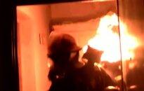 Drąsus ugniagesys iš gyvenamojo pastato išnešė degantį dujų balioną