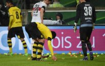 Futbolininkai renka fanų įmestus teniso kamuoliukus