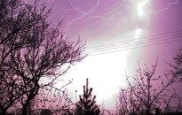 Laukia audringi orai: įspūdingą kaitrą gesins gausus lietus, dangų skros žaibai