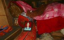 """Makabriška tradicija: miręs indonezietis 12 metų """"gyvena"""" su savo šeima"""