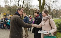 Dutch ambassador Bert van de Lingen greets guest carrying books  Photo © Ludo Segers @ The Lithuania Tribune