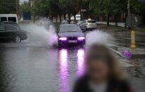 Šiluma džiaugtis nuolat trukdys lietus