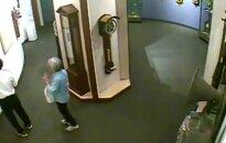 Muziejaus vaizdo kamerų įraše – lankytojai sudaužo retą laikrodį