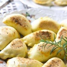 Pyragėliai su bulvėmis, feta ir keptu česnaku