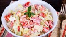Pomidorų, agurkų ir krabų lazdelių mišrainė