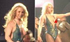 B. Spears scenos nesėkmės nesibaigia: per koncertą iš glaustinukės iškrito krūtis
