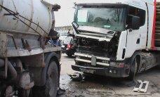 Nearomatinga avarija: miškovežis rėžėsi į fekalijas vežusią autocisterną