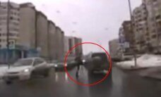 Nufilmuota, kaip piktas pėsčiasis Rusijoje apspardė automobilį