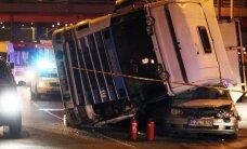 Vilniuje apvirto miškovežis su rąstais – prispausti du lengvieji automobiliai