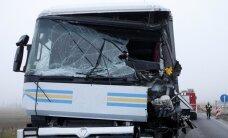 Kauno r. susidūrė sunkvežimiai – prispaustą vairuotoją vadavo ugniagesiai