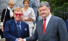 Eltonas Johnas, Petro Porošenka