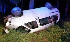 Iš po apvirtusio mikroautobuso ištrauktas 6 kartus baustas girtuoklis vairuotojas
