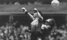 Diego Maradona ranka muša įvartį į Peterio Shiltono vartus