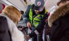 Autobuso keleivių patikrinimas dėl saugos diržų
